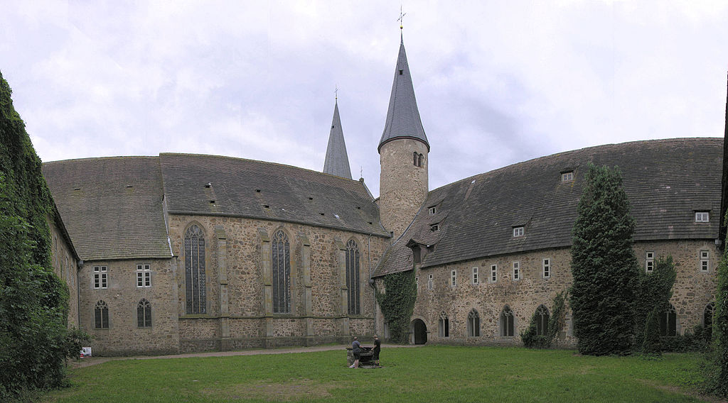 1024px-Moellenbeck_innenhof
